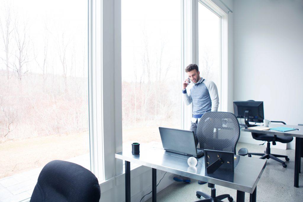 Junger Geschäftsmann in einem Büro
